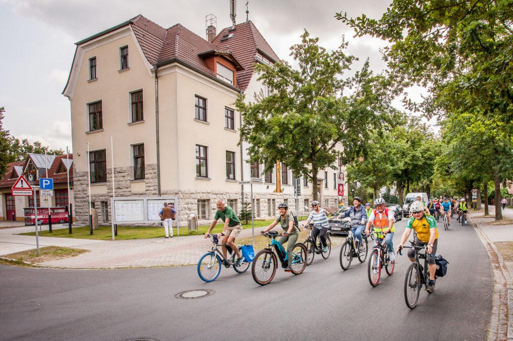 Die Bürgermeisterinnen und Bürgermeister der teilnehmenden Kommunen auf gemeinsamer Radtour bei der Auftaktveranstaltung des Reallabors ©Christoph Kollert
